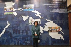 Nelia R. Balagapo ante el tablón de la BSP Library